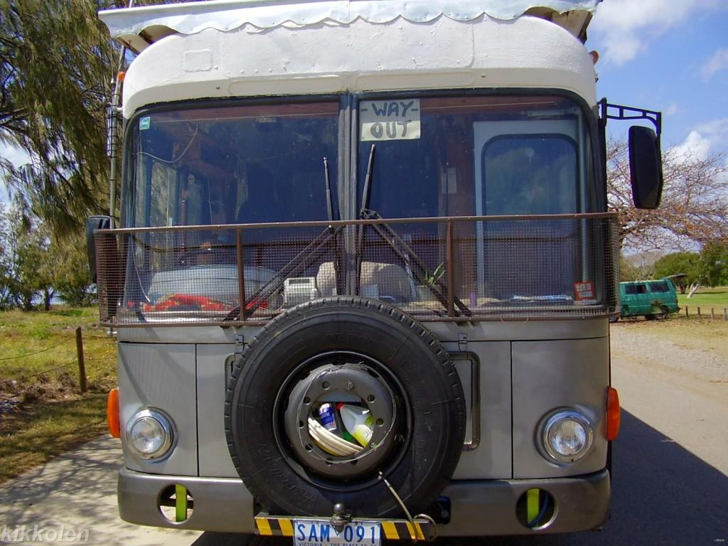 Un vecchio autobus di linea trasformato in casa mobile: un'ottima soluzione per una famiglia nomade.